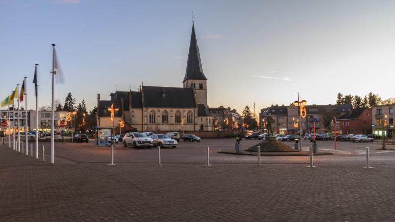 Heldenplein met de Sint-Hubertus en Vincentiuskerk van Zolder